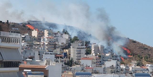 Μεγάλη φωτιά στον Βύρωνα κοντά σε σπίτια