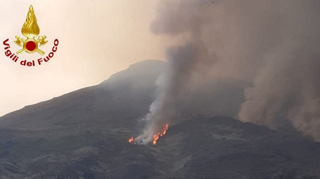 Σικελία: «Βρυχάται» και πάλι το ηφαίστειο Στρόμπολι -Ποτάμι λάβας στη θάλασσα