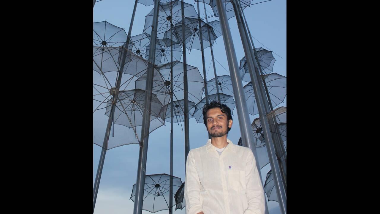 Ο 26χρονος Ινδός που στοχεύει να μάθουν σε όλο τον κόσμο στο στυλ... χαλαρά της Θεσσαλονίκης