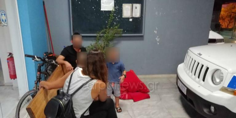 Οικογένεια «κατασκήνωσε» έξω από Α.Τ. γιατί δέχονται απειλές από τον γιο της σπιτονοικοκυράς τους