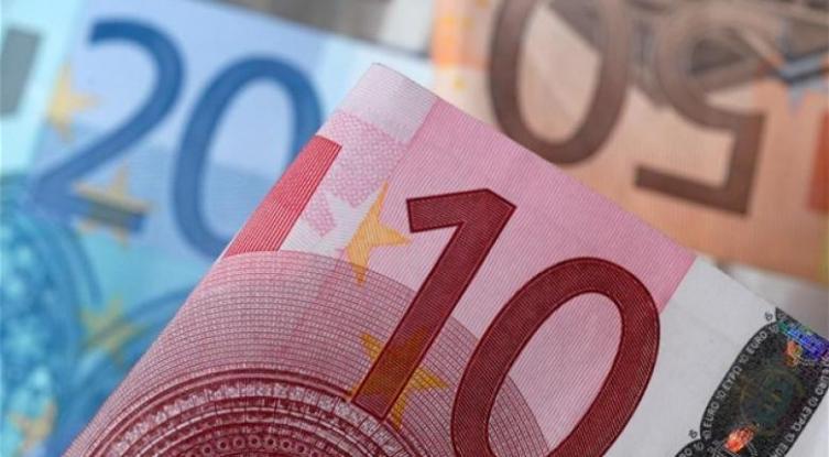 Μειώνεται ο φορολογικός συντελεστής στα χαμηλά εισοδήματα – Όλες οι νέες φορολογικές ελαφρύνσεις