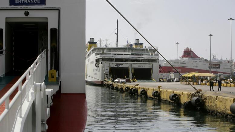 Έπεσε ΙΧ στο λιμάνι του Πειραιά, σώοι οι δύο επιβάτες