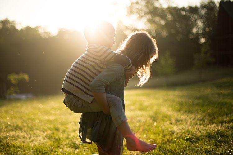 Παιδιά και τη γλωσσική ανάπτυξη -Πώς συμβάλλουν τα αδέρφια