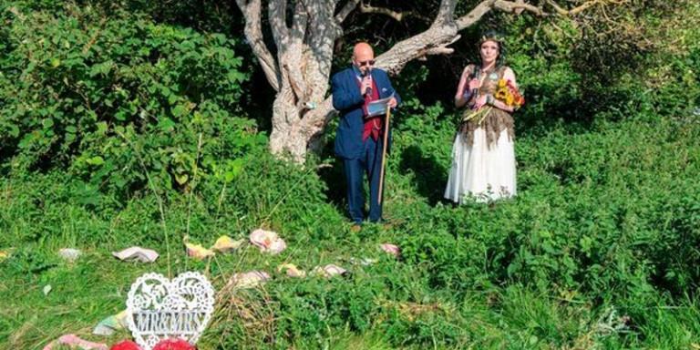 34χρονη «παντρεύτηκε» ...ένα δέντρο με όλη την οικογένεια παρούσα