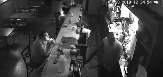 Θαμώνας μένει εντελώς ατάραχος κατά τη διάρκεια ληστείας σε μπαρ