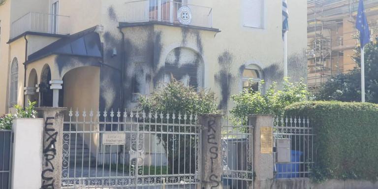 Επίθεση αντιεξουσιαστών στο Ελληνικό Προξενείο Μονάχου -Βανδαλισμοί με σπρέι [εικόνες]