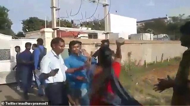 Ινδός έφαγε ξύλο από τις δύο συζύγους του όταν επιχείρησε να παντρευτεί και τρίτη