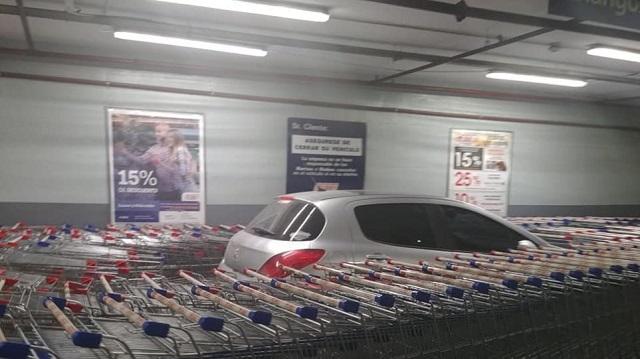 Υπάλληλοι σούπερ μάρκετ στην Αργεντινή μπλόκαραν με καρότσια Ι.Χ. που είχε παρκάρει λάθος [εικόνες]