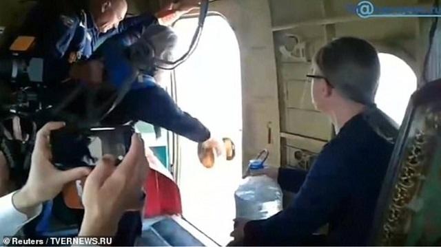 Ρώσοι ιερείς έκαναν αγιασμό μέσα από... αεροπλάνο