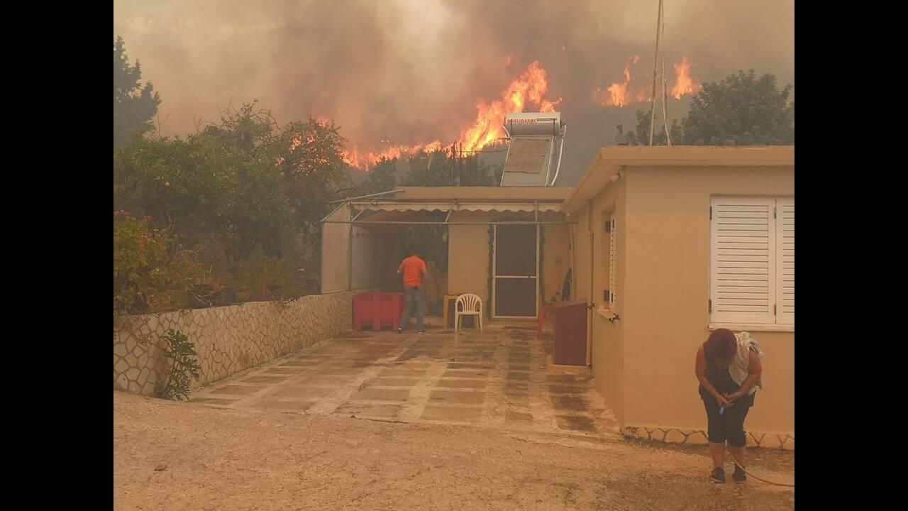 Πύρινη κόλαση στη Ζάκυνθο: Εκκενώνονται τα χωριά Αγαλάς και Κερί