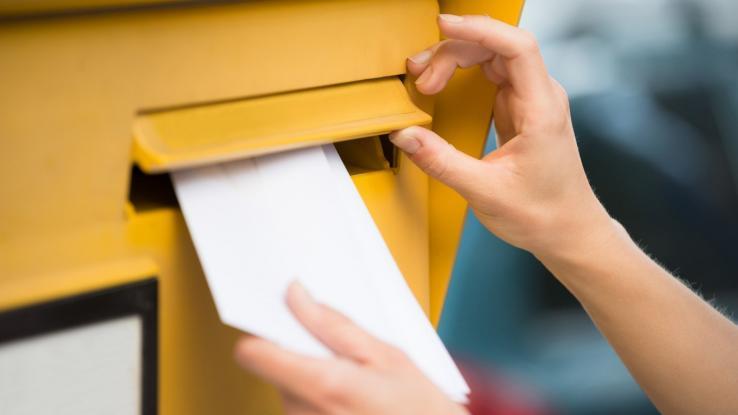 Έριξαν γατάκι μέσα σε γραμματοκιβώτιο των ΕΛΤΑ στα Τρίκαλα