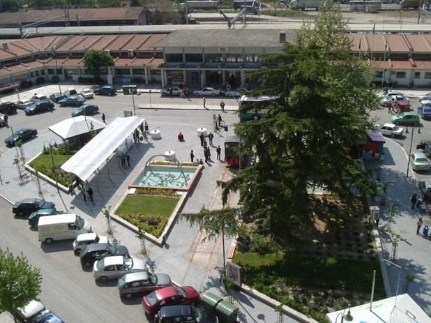 Λαρισαία άφησε 15.000 στην πλατεία ΟΣΕ για να σώσει την κόρη της