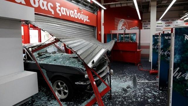 Έκλεψαν Mustang του '67 και μπούκαραν σε κατάστημα