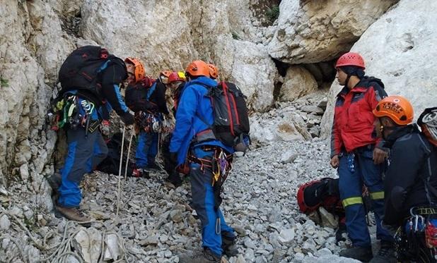 H 8η ΕΜΑΚ Λάρισας στην επιχείρηση ανάσυρσης νεκρού ορειβάτη στα Γιάννενα [εικόνες]