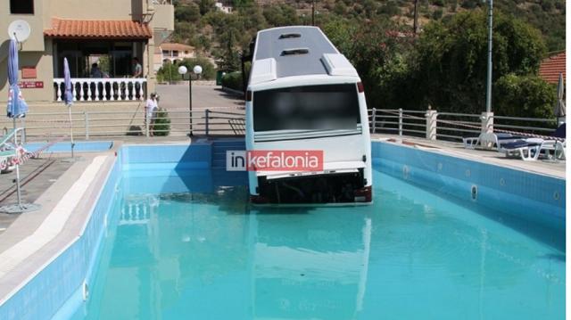 Λεωφορείο έπεσε σε... πισίνα ξενοδοχείου στην Κεφαλονιά