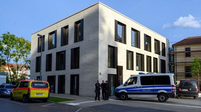 Γερμανία: Αφρικανός πρόσφυγας κρατά ένα βρέφος σαν όμηρο