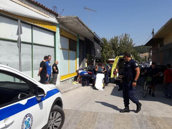 Τρίκαλα: Οδηγός έπαθε ανακοπή & έπεσε με το αυτοκίνητό του σε κατάστημα