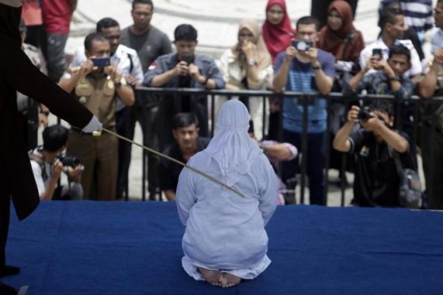 Εικόνες Μεσαίωνα: Γυναίκα καταρρέει από τον πόνο μετά από δημόσιο μαστίγωμα