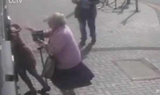 Πάει να κλέψει γιαγιά που κάνει ανάληψη από ΑΤΜ & εκείνη την αρπάζει από το μαλλί
