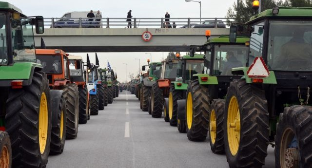 Συλλαλητήριο με τρακτέρ στο κόμβο Πλατυκάμπου στη Λάρισα