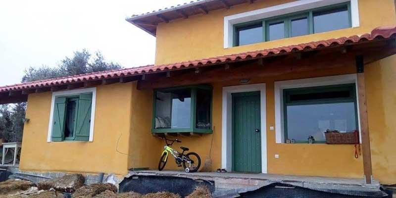 Δύο Λαρισαίοι παράτησαν τη δουλειά τους & φτιάχνουν σπίτια με 2.000€ από φυσικά υλικά