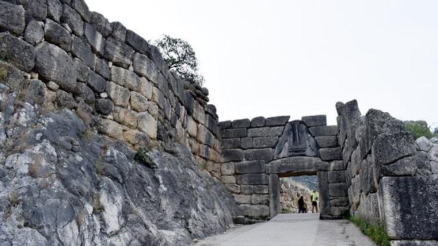 Συνελήφθησαν δύο άτομα που «άνοιγαν» αυτοκίνητα στον αρχαιολογικό χώρο των Μυκηνών