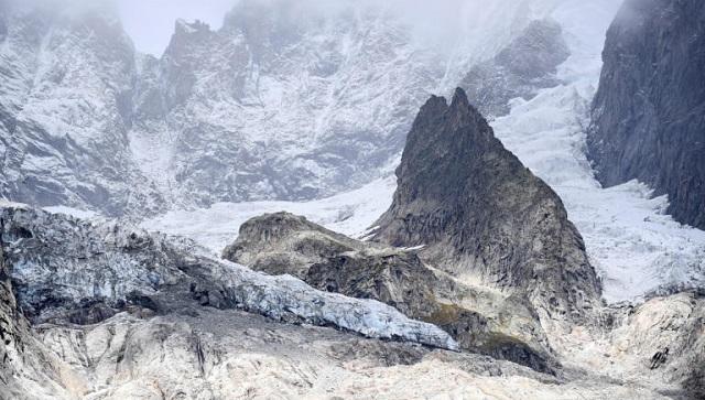 Σήμανε συναγερμός στην Ιταλία: Καταρρέει παγετώνας στο Mont Blanc [εικόνες]