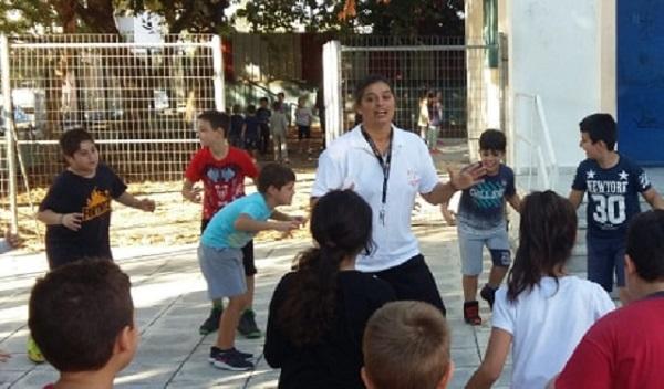 Μικροί μαθητές γνώρισαν την πάλη με προπονήτρια την Ντίνα Τσιμπανάκου