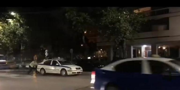 Θεσσαλονίκη: Περιπολικό πήγε σε τροχαίο &... έμεινε -Το έσπρωχναν οι αστυνομικοί