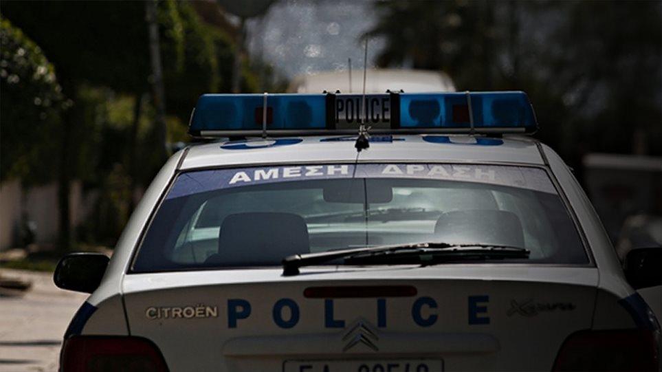 Οι αστυνομικοί δεν έβαλαν τον συλληφθέντα στο περιπολικό λόγω... δυσοσμίας!