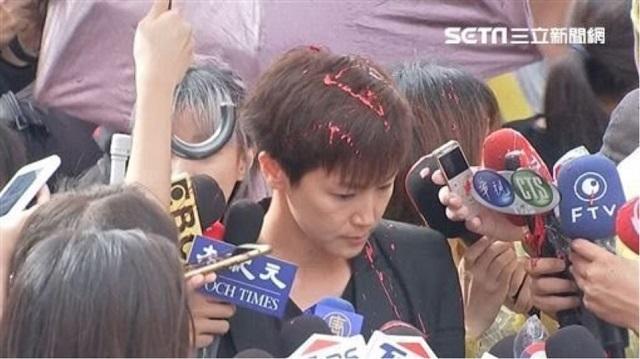 «Βράζει» το Χονγκ Κονγκ: Πέταξαν μπογιά σε τραγουδίστρια σε διαδήλωση