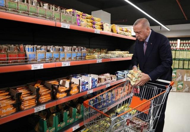 Ερντογάν : Μετά τις απειλές, ηρέμησε και πήγε… σούπερ μάρκετ