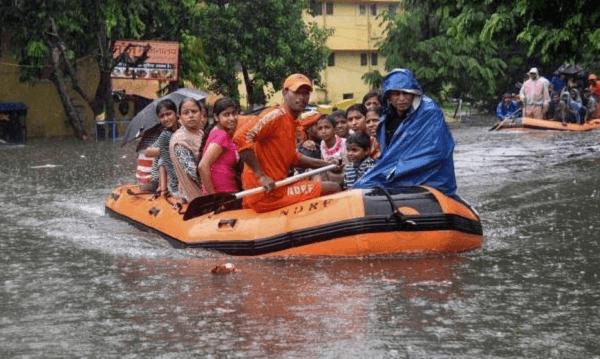 Τουλάχιστον 120 νεκροί από τις σφοδρές βροχοπτώσεις στην Ινδία