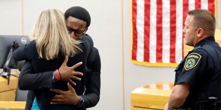 Αδερφός θύματος αγκαλιάζει την δολοφόνο του στο Τέξας, συγχωρώντας την για το έγκλημα