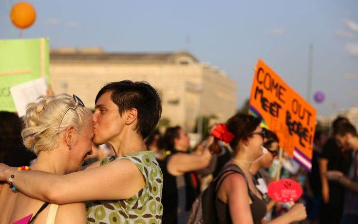 Έρευνα: Πόσο άνετα νιώθουν οι Έλληνες όταν ένα ζευγάρι αντρών ή γυναικών φιλιέται στο δρόμο