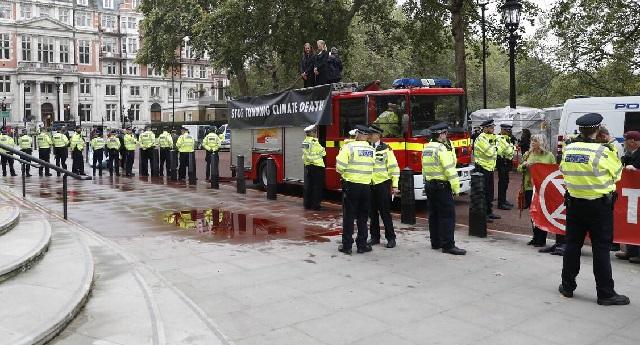 Βρετανία: Ακτιβιστές κατά της κλιματικής αλλαγής έβαψαν το ΥΠΟΙΚ με ψεύτικο «αίμα»