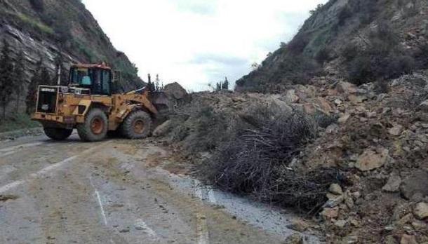 Κατολισθήσεις βράχων από την κακοκαιρία στα Iωαννινα: Από θαύμα γλίτωσε οδηγός
