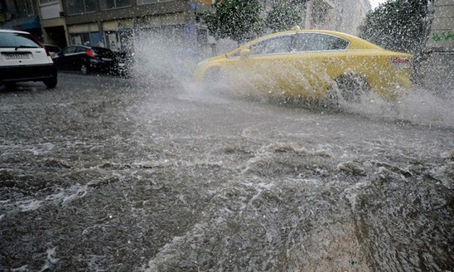 Οδήγηση στη βροχή: Τι να προσέχουν οι οδηγοί