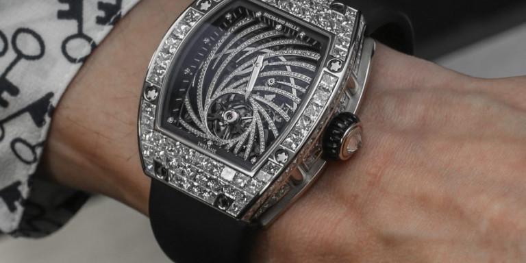 Βγήκε να καπνίσει και του έκλεψαν το ρολόι του αξίας... 800.000 ευρώ!