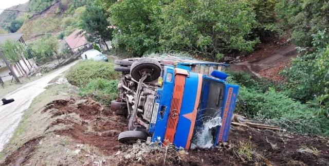 Φορτηγό με κατσίκια έπεσε σε γκρεμό στα Τρίκαλα
