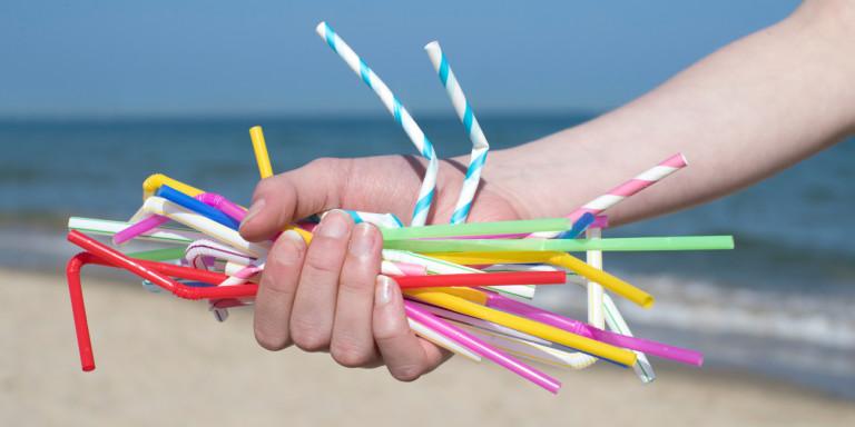 Τέλος στα πλαστικά μιας χρήσης: Ποια προϊόντα «κόβονται»