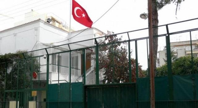 Θεσσαλονίκη: Ο Ρουβίκωνας μπήκε στο τουρκικό προξενείο και σήκωσε πανό υπέρ των Κούρδων