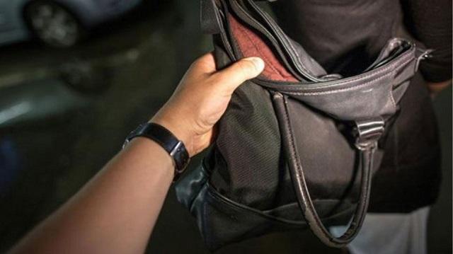 Πιτσιρίκια έκλεψαν τσάντα μέσα από Ι.Χ.