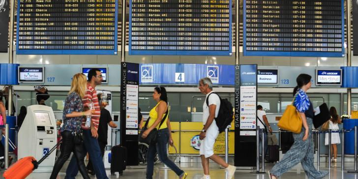 Επιβάτης αεροπλάνου φόρεσε (σχεδόν) όλα τα ρούχα της για να μην χρεωθει έξτρα αποσκευή