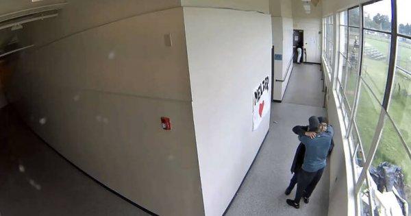 Καθηγητής αφόπλισε & αγκάλιασε μαθητή που ετοιμαζόταν να αυτοκτονήσει