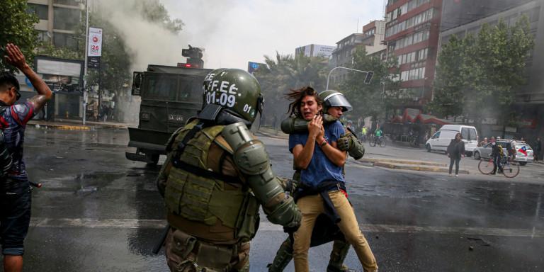Χάος στη Χιλή: Εμπρησμοί, λεηλασίες και επτά νεκροί- Σε κατάσταση έκτακτης ανάγκης το Σαντιάγο