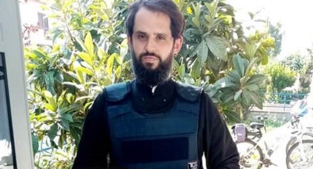 Ο παπάς – αστυνομικός που φυλάει σκοπιά με όπλο στα Τρίκαλα