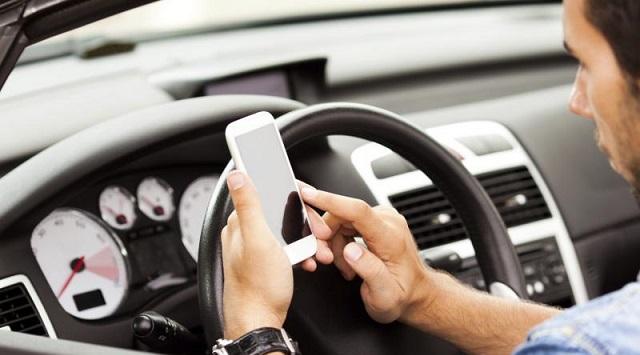 Οδήγηση και χρήση κινητού: Πότε επιτρέπεται, τί ισχύει για το handsfree