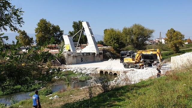 Κατέρρευσε η γέφυρα Καλατράβα των Τρικάλων