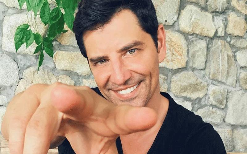 """Σάκης Ρουβάς: Αυτός είναι ο """"δίδυμος"""" αδερφός του! Είναι σαν αντίγραφο του τραγουδιστή..."""